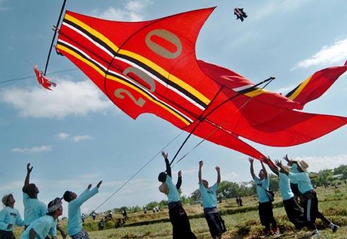 """Sekelompok pemuda menerbangkan layang-layang kategori """"bebean"""" atau ikan dalam Festival Layang-Layang Bali ke-31 di Pantai Padanggalak, Denpasar, Bali, Jumat (3/7)."""